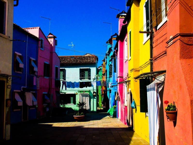 BURANO VENETIË, ITALIË - SEPTEMBER 19 2018 - Het Weergeven op voorgevel van beroemde luim schilderde kleurrijke huizen stock afbeelding