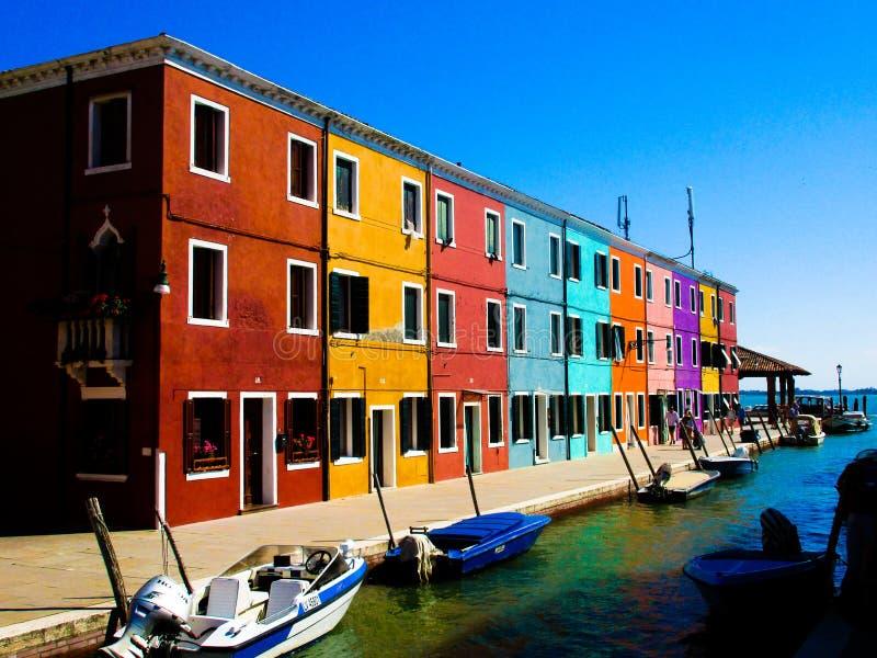 BURANO VENETIË, ITALIË - SEPTEMBER 19 2018 - Het Weergeven op voorgevel van beroemde luim schilderde kleurrijke huizen stock foto