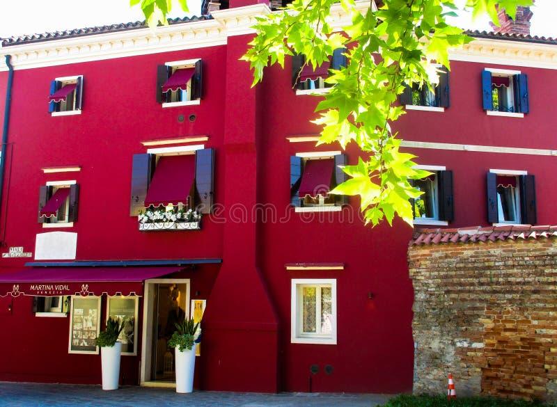 BURANO VENETIË, ITALIË - SEPTEMBER 19 2018 - Het Weergeven op voorgevel van beroemde luim schilderde kleurrijke huizen royalty-vrije stock foto