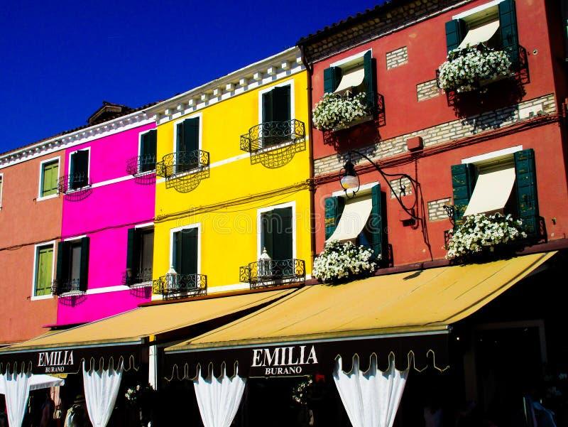 BURANO VENEZA, ITÁLIA - 19 DE SETEMBRO 2018 - A vista na fachada da fantasia famosa pintou casas coloridas fotografia de stock