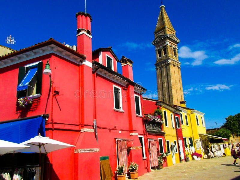 BURANO VENEZA, ITÁLIA - 19 DE SETEMBRO 2018 - A vista na fachada da fantasia famosa pintou casas coloridas foto de stock royalty free