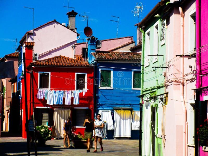 BURANO VENEZA, ITÁLIA - 19 DE SETEMBRO 2018 - A vista na fachada da fantasia famosa pintou casas coloridas fotos de stock