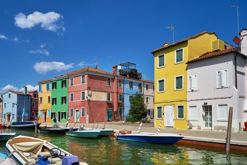 Burano, Venezia Architettura variopinta delle case, canale dell'isola di Burano e barche immagine stock libera da diritti