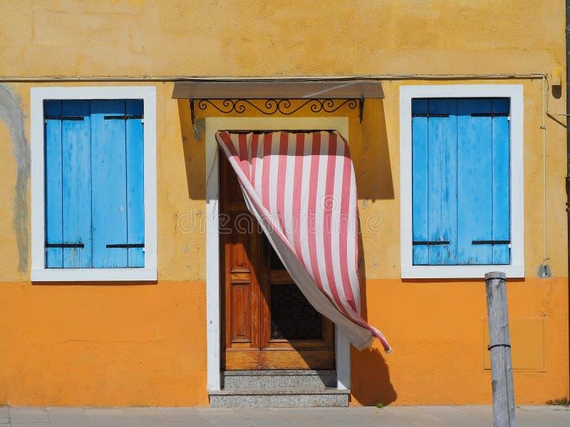 Burano, Venezia, Italia Detalles de las ventanas y de las puertas de las casas coloridas en la isla de Burano fotos de archivo libres de regalías
