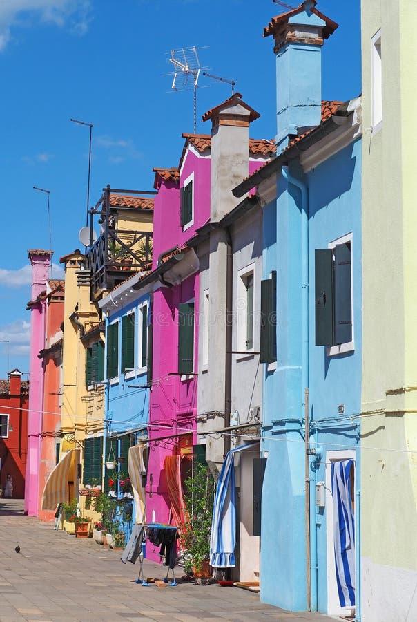 Burano, Venezia, Italie Vue des maisons colorées le long des canaux aux îles photographie stock