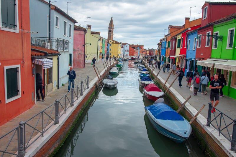 Burano wyspa w Wenecja na chmurnym dniu, Włochy Wenecja pejza? miejski Kolorowi domy w Burano wzdłuż wodnego kanału z turystami obraz royalty free