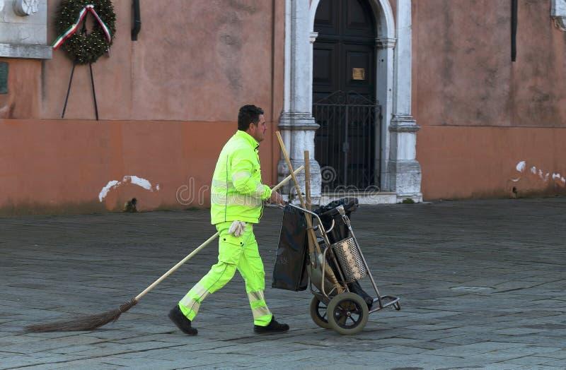 Burano wyspa, Wenecja, W?ochy Widok ?mieciarski m??czyzna blisko Parrocchia San Martino Vescovo fotografia stock
