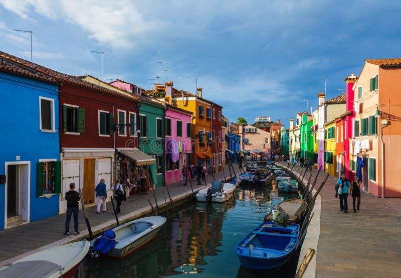 Burano wyspy kanał, mali barwioni domy i łodzie, fotografia royalty free