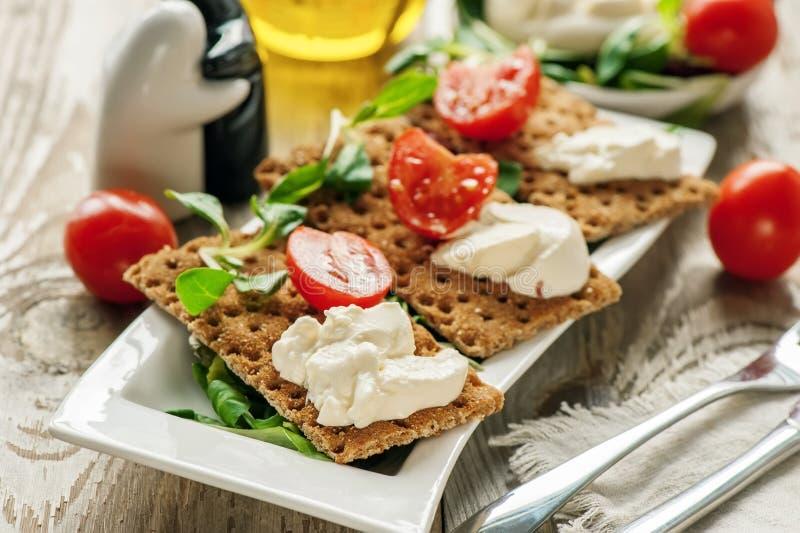 Burato ost och sallad bantar på bröd Lollo Rosso grönsallat, kryddkrassesallad och andra gröna örter Begreppet av ett sunt bantar royaltyfri foto