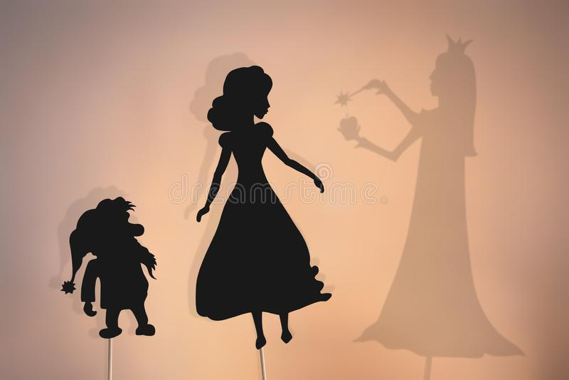 Burattini dell'ombra di Biancaneve, dei nani e della regina diabolica fotografia stock libera da diritti