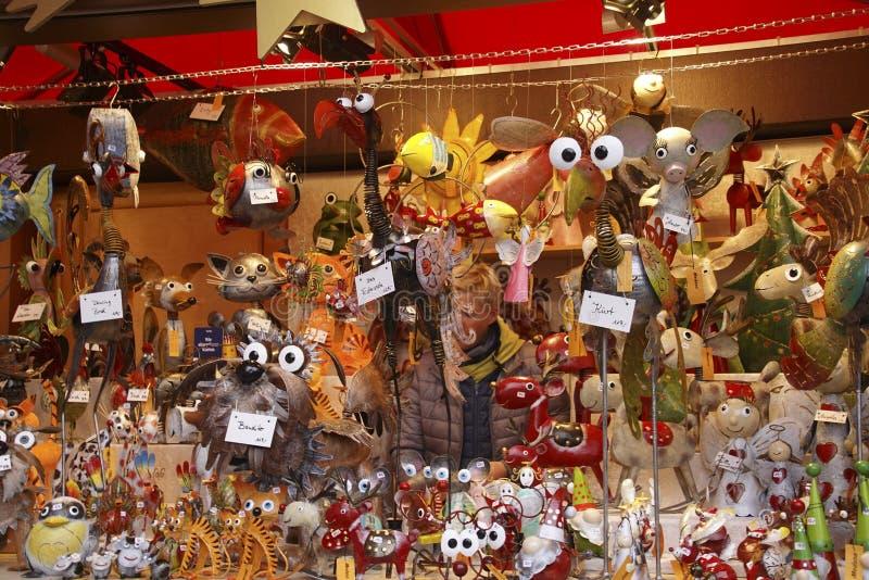 Burattini e giocattoli animali nel mercato di Natale fotografia stock libera da diritti