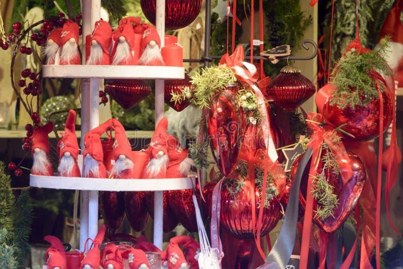 Burattini ed arricciamenti rossi nella stalla al mercato di natale, Stuttgart fotografia stock