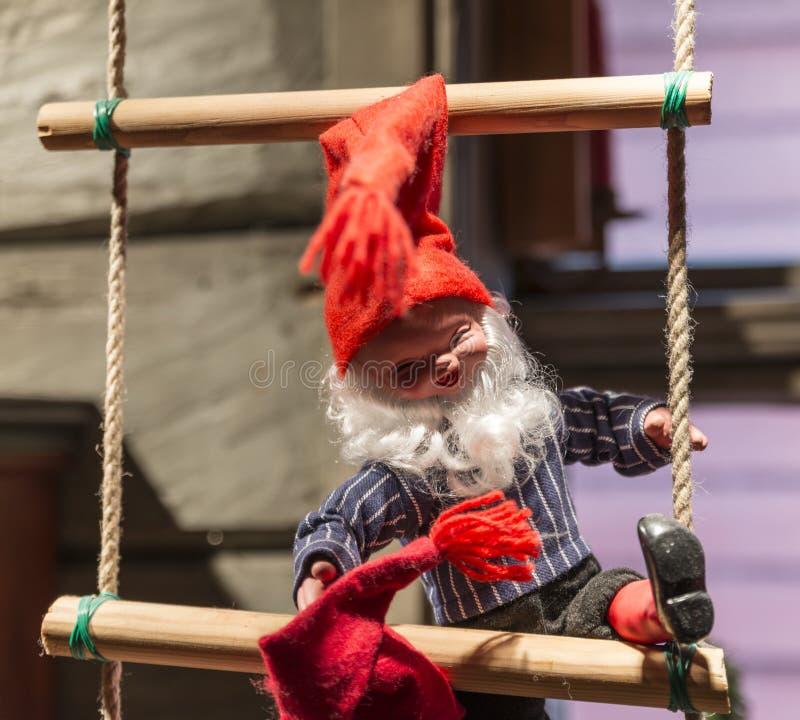 Burattino del Babbo Natale sulla scala di corda fotografie stock libere da diritti