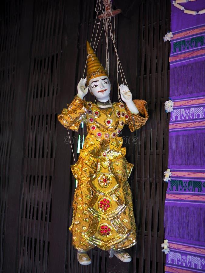 Burattino del Myanmar in casa tailandese tradizionale immagini stock