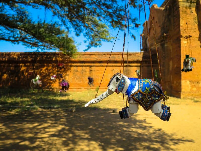 Burattino dell'elefante che appende sotto l'albero fotografia stock