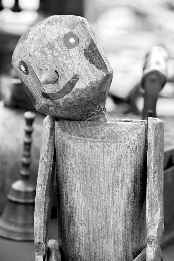 Burattino di legno alla vendita di garage immagine stock libera da diritti