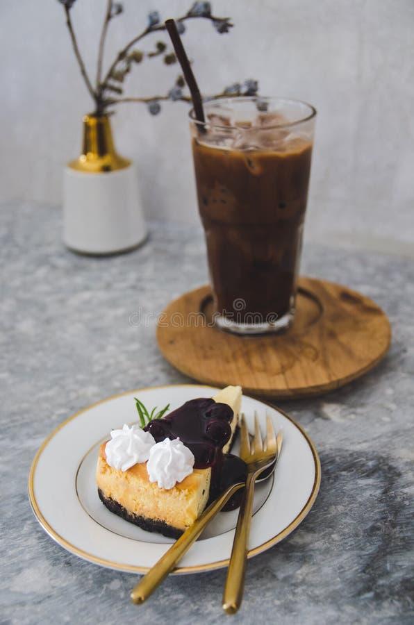 Burberryostkaka och med is kakaoexponeringsglas arkivbilder