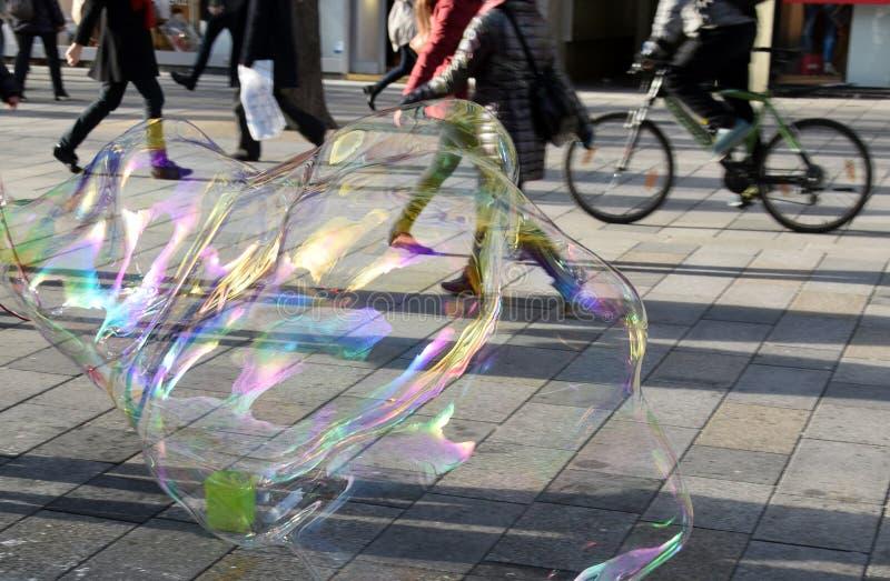 Burbuja como alegría y diversión para los niños fotografía de archivo