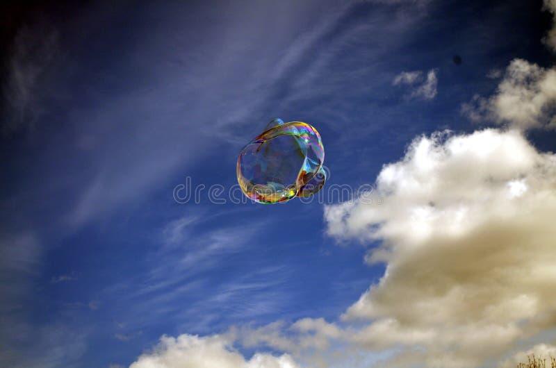 Burbuja de jabón en fondo del cielo azul imagenes de archivo