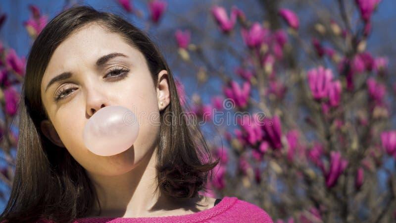 Burbuja del bubblegum de la muchacha que sopla adolescente imagenes de archivo
