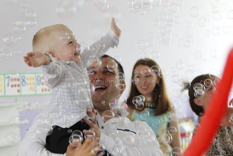 Burbujas alegres del bebé y de jabón imagen de archivo libre de regalías