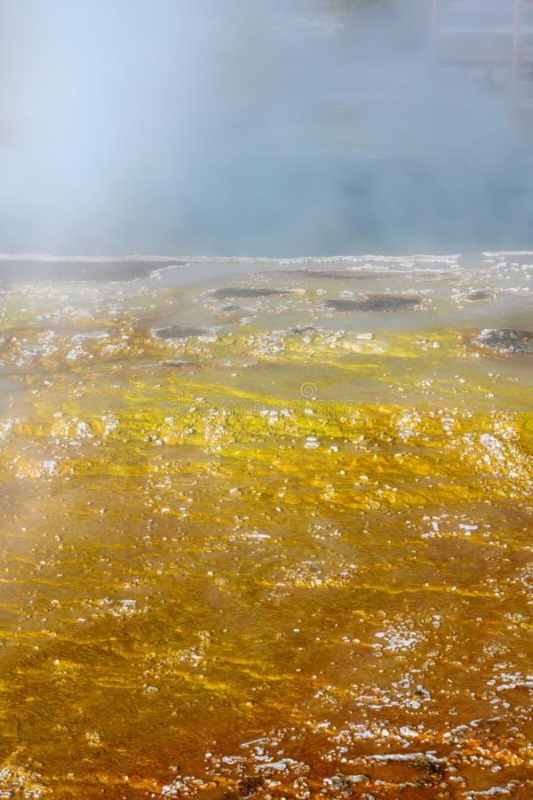 Burbujas amarillas y blancas al borde de la primavera caliente foto de archivo libre de regalías