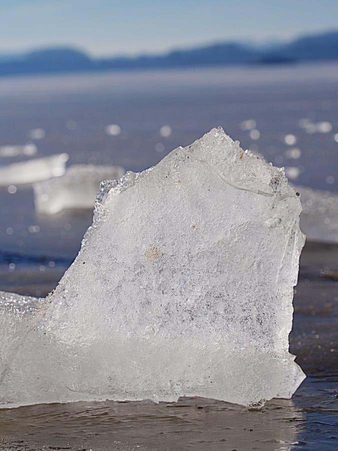 Burbujas congeladas en masa de hielo flotante de deriva Hielo ?rtico que derrite lentamente imagenes de archivo