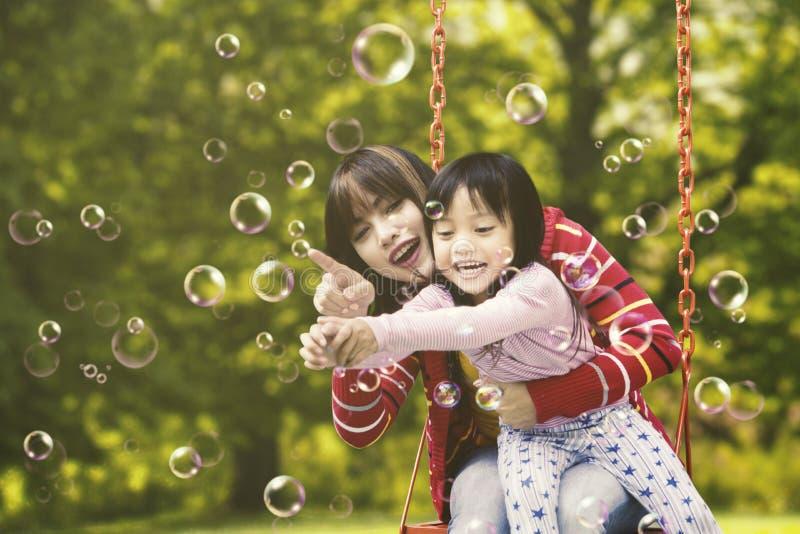 Burbujas conmovedoras bonitas de la madre y del niño fotos de archivo
