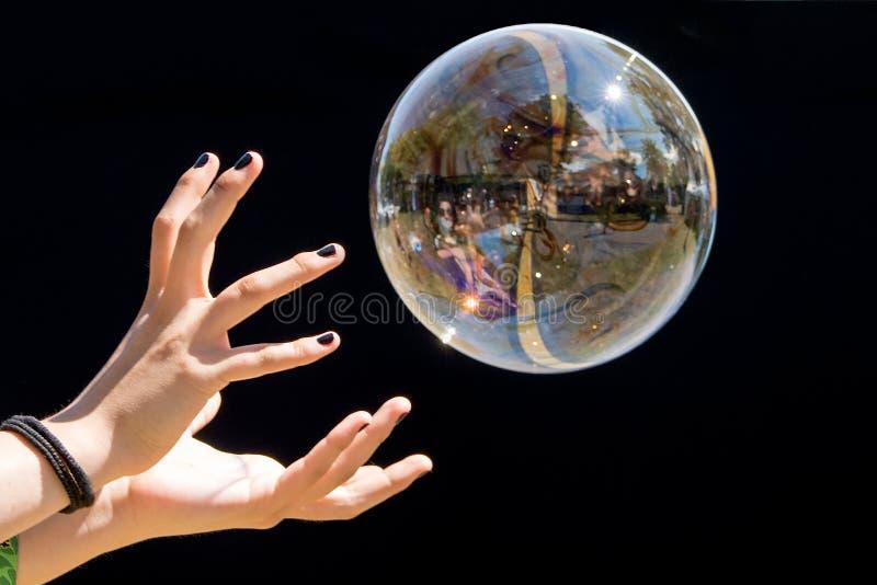 Burbujas de jabón de la captura de la muchacha foto de archivo libre de regalías