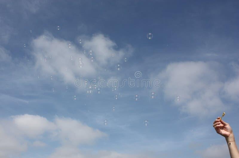 Burbujas de jabón en el cielo foto de archivo