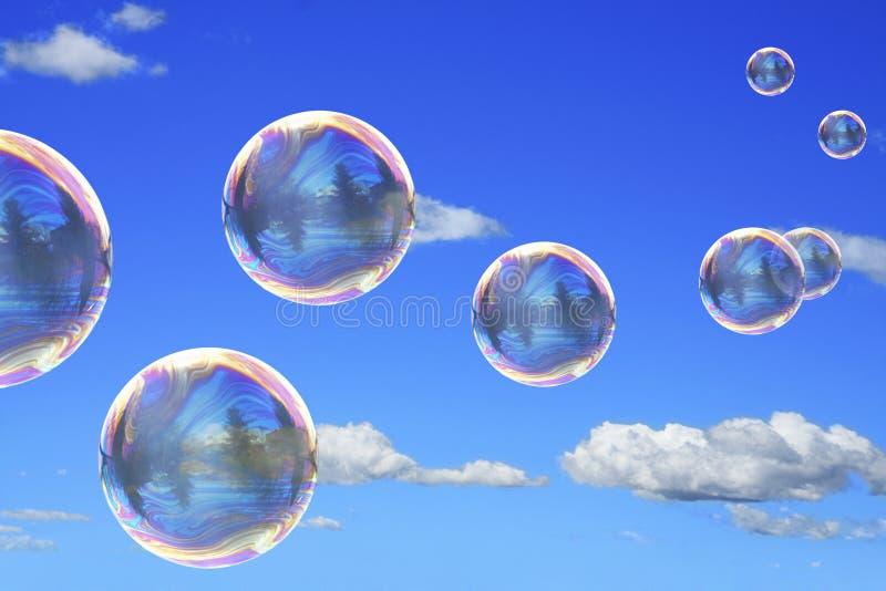 Burbujas de jabón en el cielo azul foto de archivo
