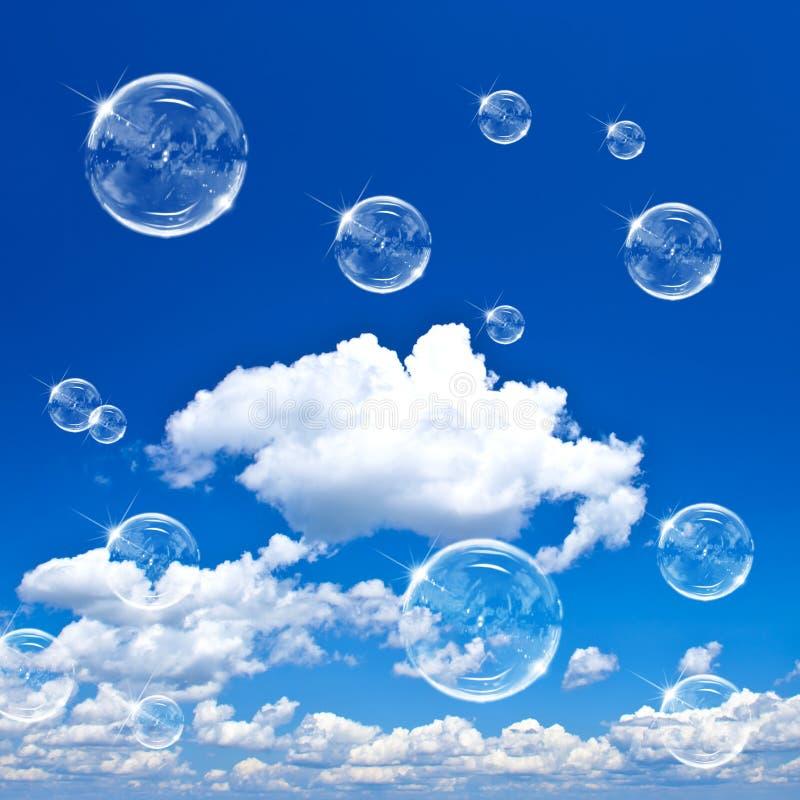 Burbujas de jabón en el cielo azul foto de archivo libre de regalías