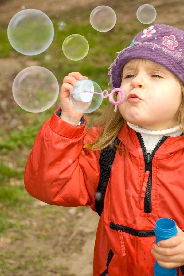 Burbujas de jabón que soplan hacia fuera imagen de archivo libre de regalías