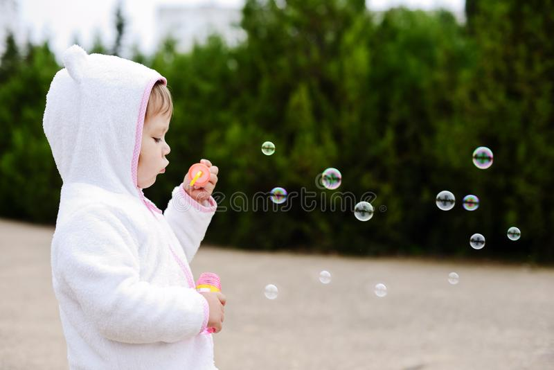 Burbujas de jab?n de la muchacha que soplan fotos de archivo libres de regalías