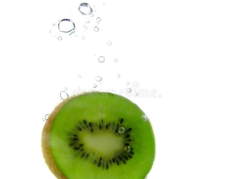 Burbujas de la rebanada y de aire del kiwi foto de archivo libre de regalías