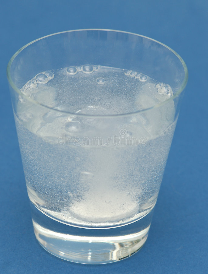 Burbujas de la tablilla del dolor de cabeza en agua fotos de archivo libres de regalías