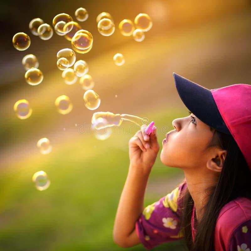 Burbujas de un jabón que soplan fotos de archivo libres de regalías