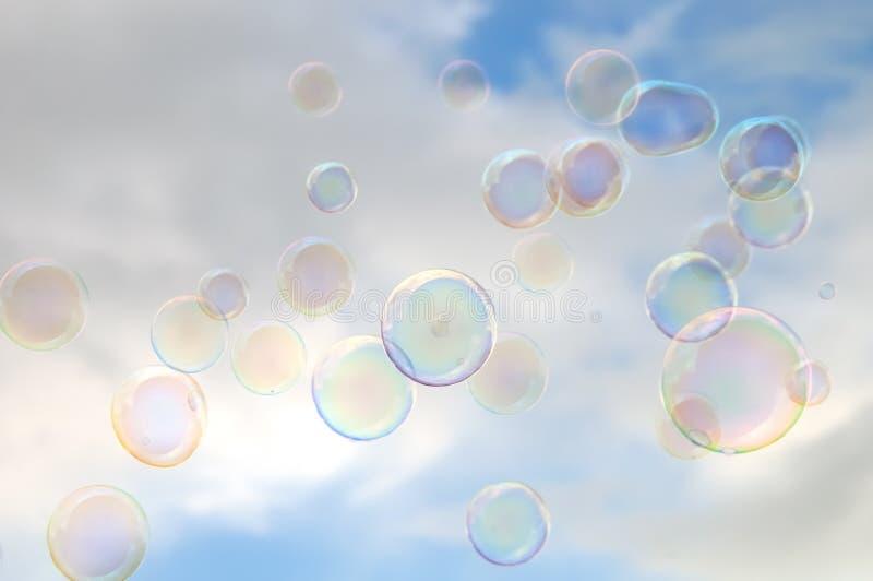 Burbujas del cielo nublado y de jabón fotos de archivo