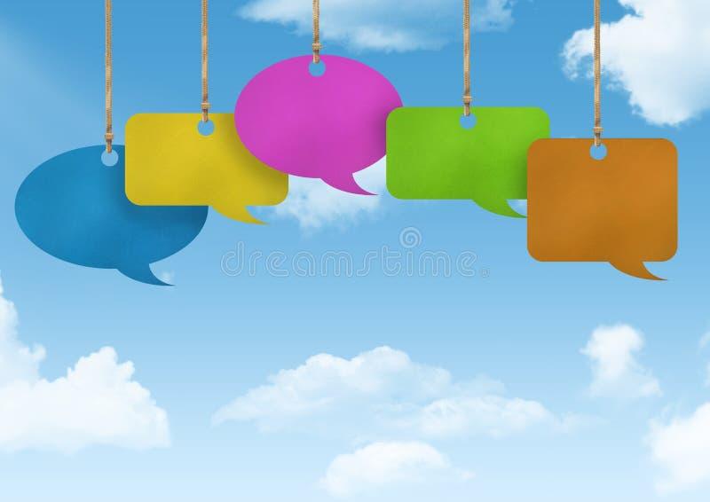 Burbujas del discurso de la ejecución y fondo de papel del cielo stock de ilustración