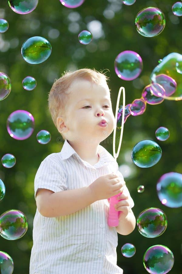 Burbujas del soplo del niño fotografía de archivo libre de regalías