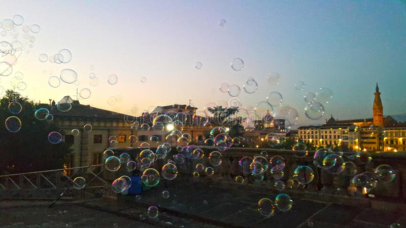 Burbujas en el aire delante de la tarde de la ciudad histórica Florencia imagen de archivo libre de regalías