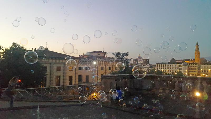 Burbujas en el aire delante de la tarde de la ciudad histórica Florencia fotografía de archivo libre de regalías