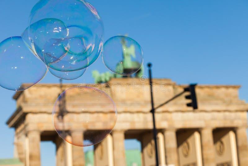 Burbujas en el aire en la puerta de Brandeburgo imágenes de archivo libres de regalías