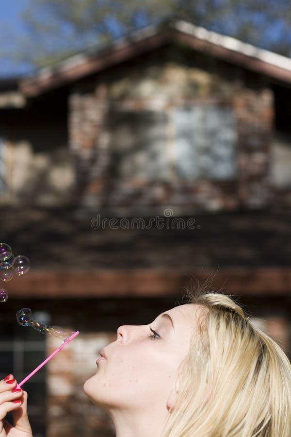 Burbujas que soplan de la muchacha foto de archivo libre de regalías