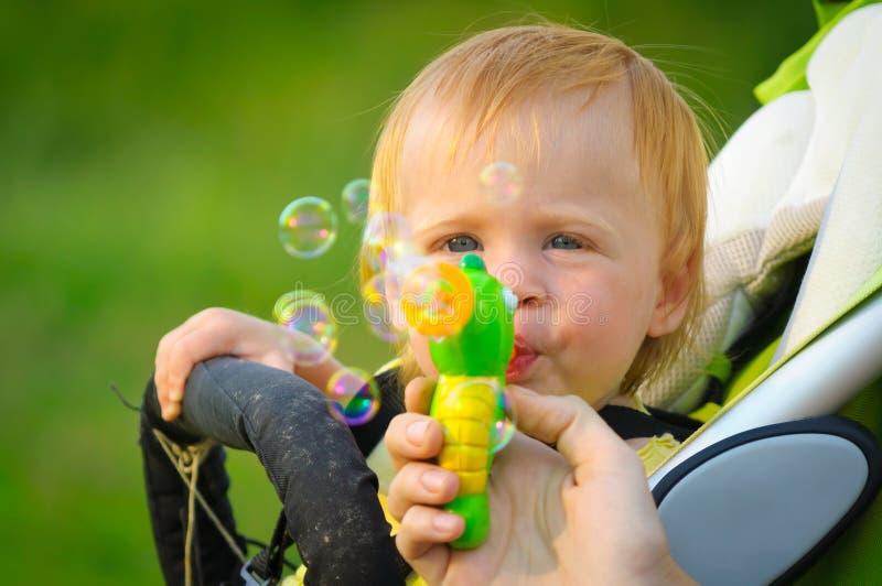 Burbujas que soplan del bebé lindo imágenes de archivo libres de regalías
