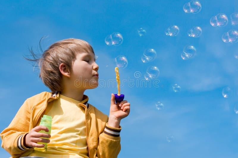 Burbujas que soplan del muchacho imágenes de archivo libres de regalías