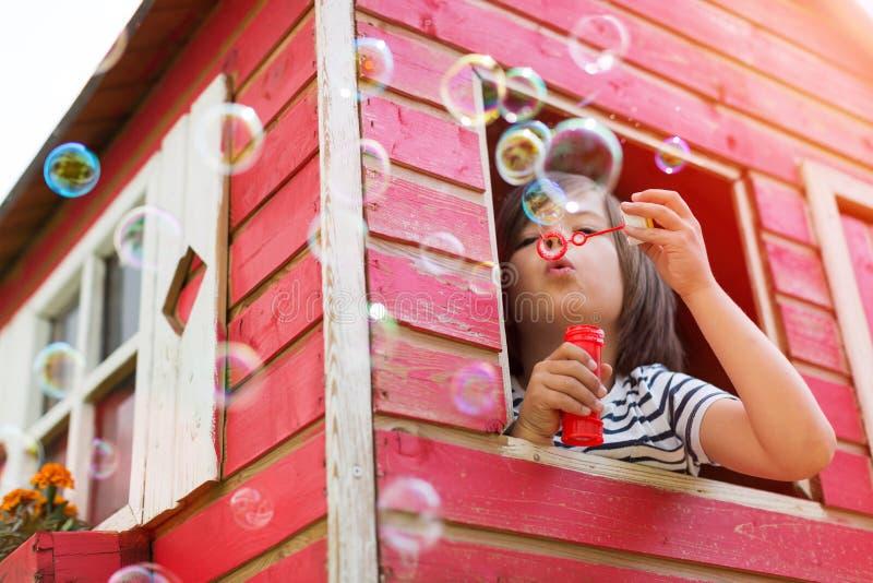 Burbujas que soplan del muchacho imagen de archivo