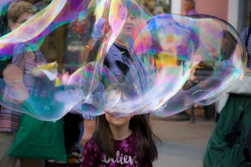 Burbujas y muchacha de jabón imágenes de archivo libres de regalías