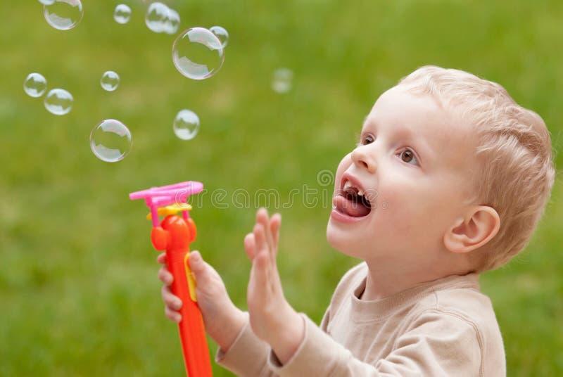 Burbujas y niño fotos de archivo libres de regalías