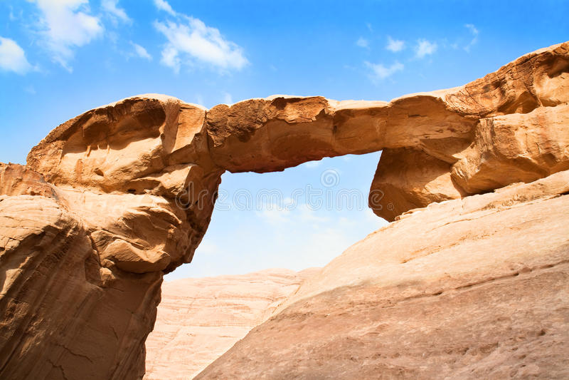 Burdah rockbro i öknen - Wadirom, Jordanien royaltyfria foton